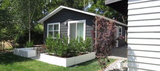 Cute, clean, & new backyard cottage!